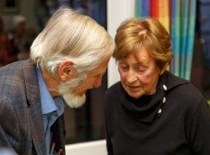 Ein Mann, der etwas zu sagen hatte: Rupert Neudeck (links) bei seinem Besuch in Barsinghausen Ende April letzten Jahres. foto:kasse