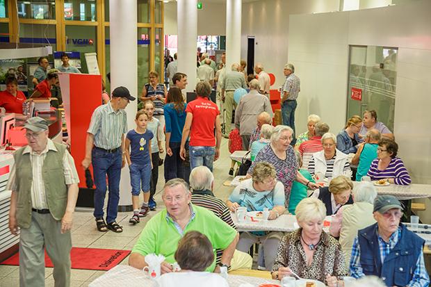Schöner Service: Die Kundenhalle wird zum Café. foto:Kasse