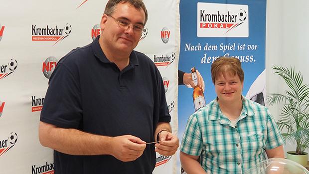 Auslosung: NFV-Pokalspielleiter Jörg Zellmer und Glücksfee Corinna Hedt.