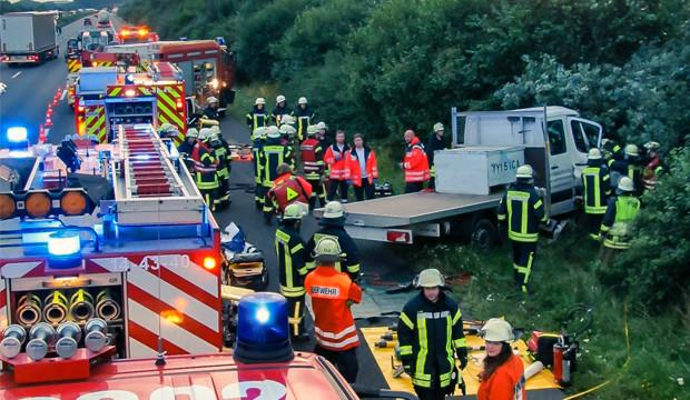 Feuerwehrleute befreien eingeklemmten Fahrer