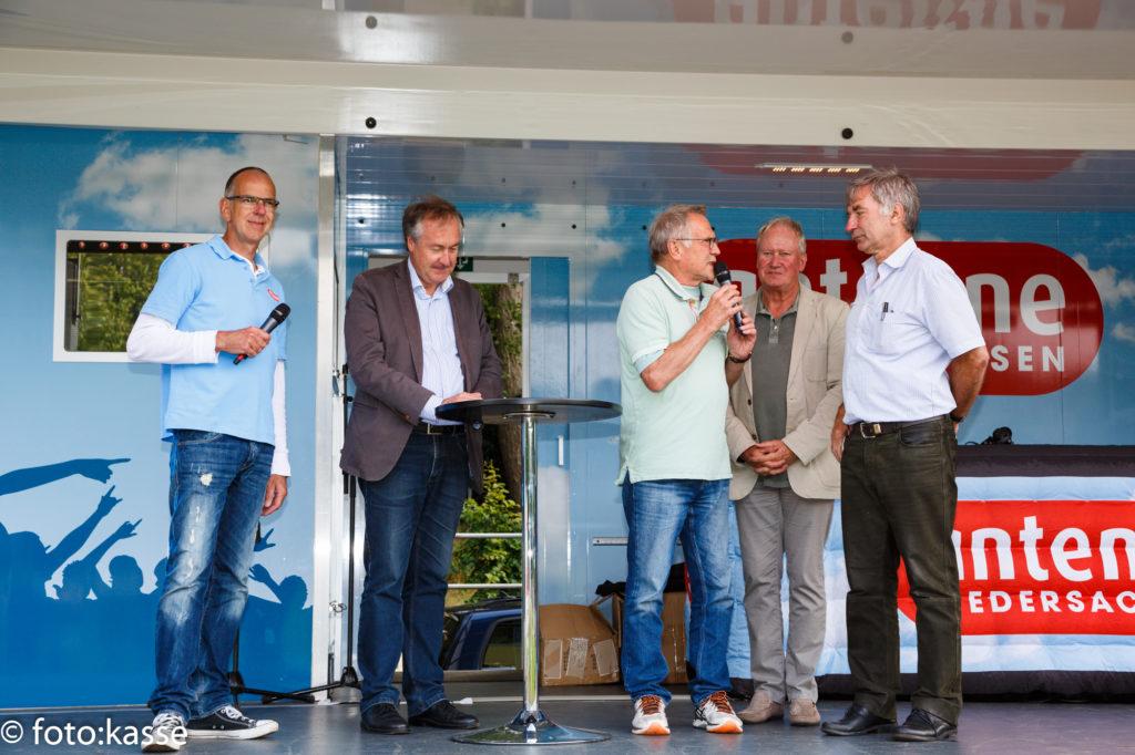 Sport im Verein ist wichtig: Moderator Klaus Danner (dritter von rechts) im Gespräch mit Vertretern aus Sport und Politik. foto:kasse