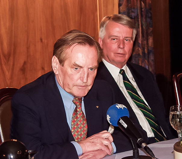 Gemeinsam beim DFB: Gerhard Mayer-Vorfelder (links/verstorben im August 2015) und Engelbert Nelle bei einer Tagung im Barsinghäuser Fuchsbachtal – die beiden Weggefährten waren nicht immer einer Meinung.
