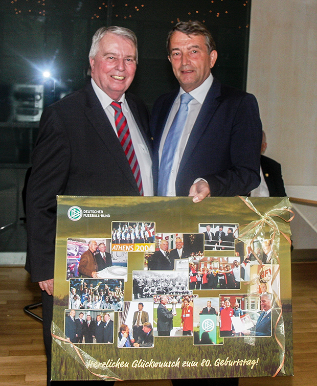 Glückwünsche: Der damalige DFB-Präsident Wolfgang Niersbach (rechts) gratuliert Engelbert Nelle zum 80. Geburtstag.