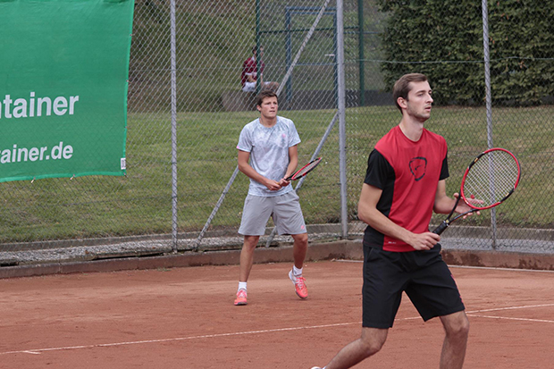 Sieg im Doppel: Die Lokalmatadoren Jonas Lichte (hinten) und Timo Schmidt (vorn) vom gastgebenden SV Gehrden.   Fotos: privat