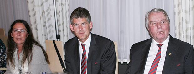 Einer von vielen Auftritten in Barsinghausen: Engelbert Nelle (von rechts) am Tisch mit NFV-Direktor Bastian Hellberg und der Barsinghäuser Politikerin Dr. Kerstin Beckmann anlässlich des 44. NFV-Verbandstages im Jahr 2014. Fotos: Bratke / NFV