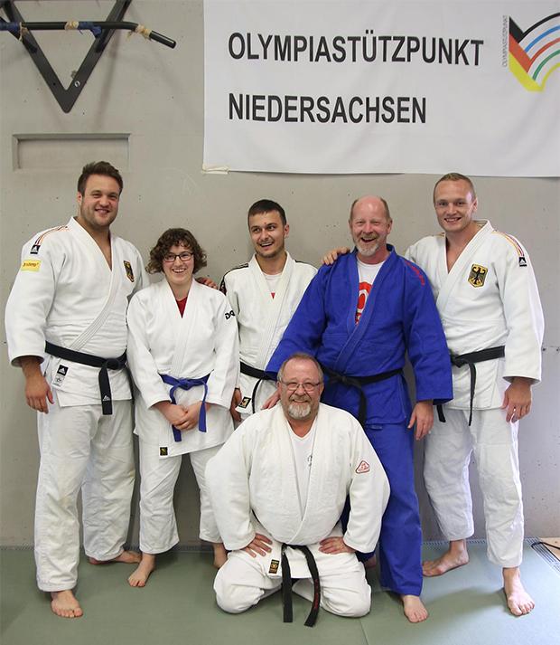 Treffen mit den Olympia-Teilnehmern: Die Barsinghäuser Judoka Alexandra Baur, Norman Kreutzkamp und Udo Möbus (hinten von links) sowie Karl-Heinz Hoppe (vorn) werden von André Breitbarth (links) und Dimitri Peters (rechts) eingerahmt. Foto: Möbus