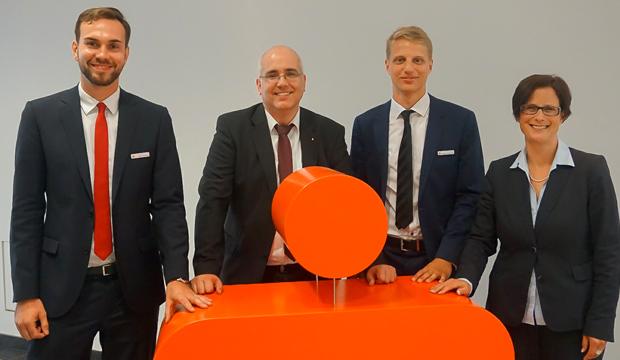 Start in die Ausbildung bei der SSK: Von links Azubi Vigo Christoph, Personalleiter Dirk Nicolai, Azubi Dennis Wischhusen und Vorstandsmitglied Britta Sander.