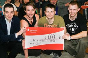Scheckübergabe: LSB-Referent Roy Gündel (von links) überreichte den 1000-Euro-Scheck stellvertretend an die Parkour-Übungsleiter Adrian, Maxi und Pascal.