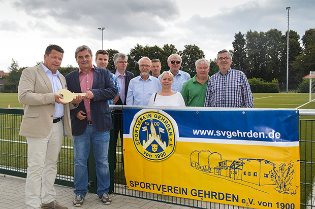 Schlüsselübergabe: Bürgermeister Cord Mittendorf (links) – selbst seit knapp 45 Jahren Mitglied im SV Gehrden – übergab symbolisch einen goldenen Schlüssel an Rolf Meyer. Fotos: Bratke/privat