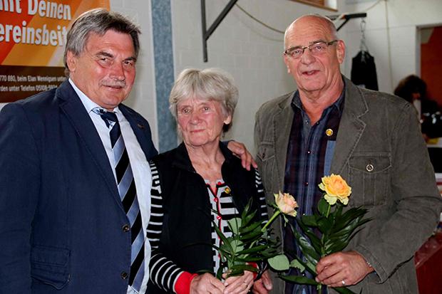Gratulation: SVG-Vorstandssprecher Rolf Meyer (von links) mit Uschi Menze und Jürgen Lehnhoff, die beide mit der Goldenen Verdienstnadel ausgezeichnet wurden.