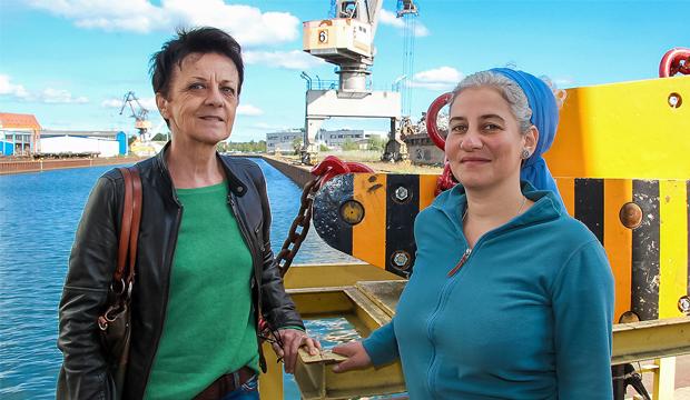 Auf Motivsuche: Angelika Salfeld (links), Vorsitzende des Kunstvereins Gehrden, hat die Künstlerin Emmanuelle Tanaïs Aupest bei ihrer Motivsuche im Lindener Hafen begleitet. Foto: Andreas Cieslik-Eicher