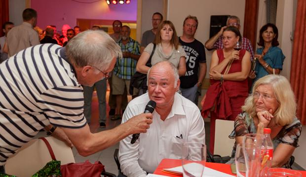 Klaus Danner (links) moderierte die Wahlparty der Stadt im ASB Bahnhof. foto:kasse