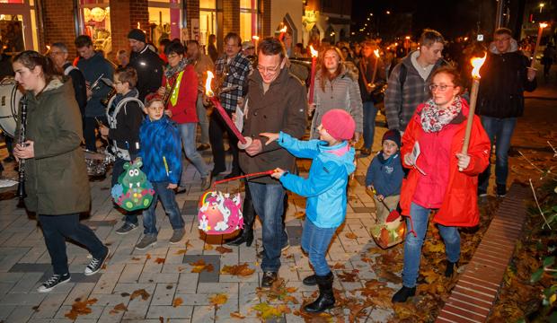 Höhepunkt des Novembermarktes: Der große Laternenumzug. foto:kasse