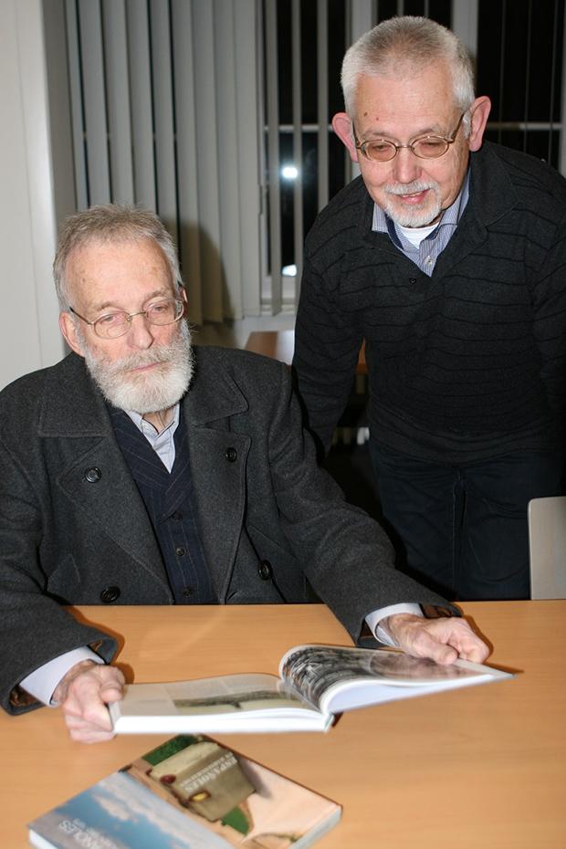 Starke Leistung: Für Gestaltung und Layout zeichnen Kord Buße (links) und Klaus Delto verantwortlich. Foto: Bratke
