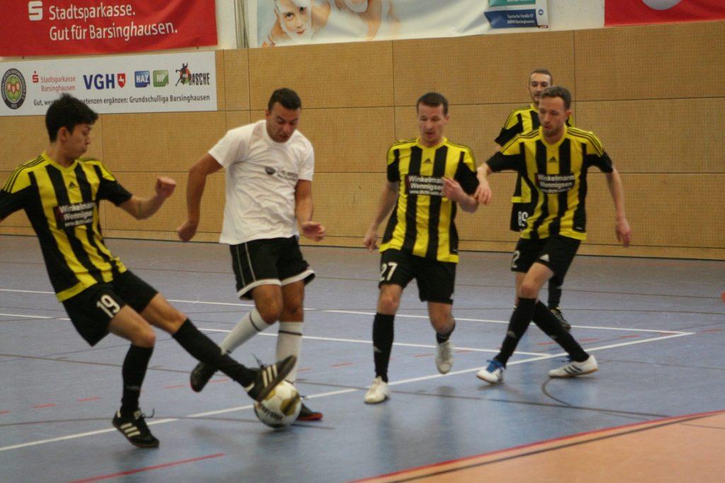Unterer Kreisfußball: Premiere feierte die neu gebildete III. Herren des TSV B, die sich gegen den MTV Lemmie mit 2:4 geschlagen geben musste – hier versucht sich Tobi Mehrkens gleich gegen drei Lemmier.