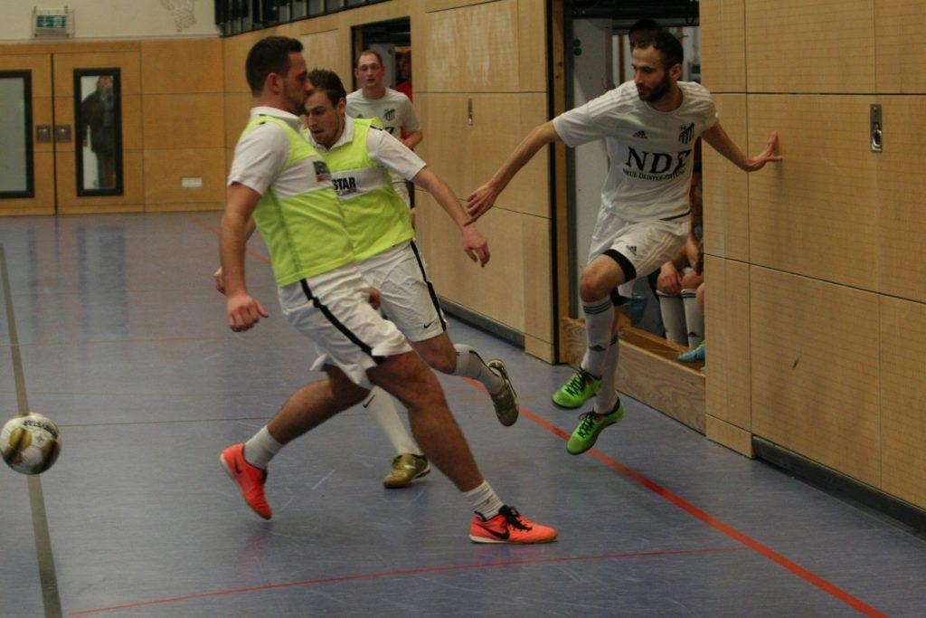 Spiel um Platz 3: Bezirksligist FC Springe (ohne Leibchen) spielte mit dem TSV Kolenfeld im kleinen Finale Katz und Maus – 6:0.