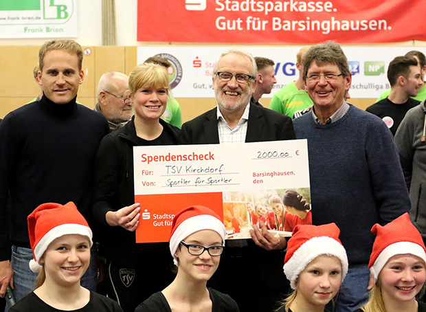Hilfe in der Krise: Berthold Kuban (Zweiter von rechts) freute sich über den 2000 Euro-Scheck für den TSV Kirchdorf.