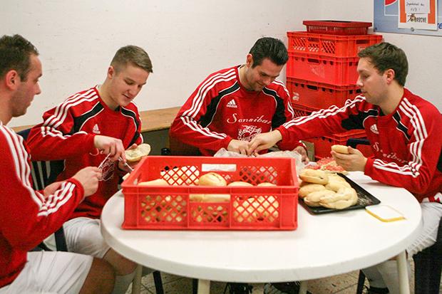 Good Job: Die TSV-Kicker Marcel Dunsing, Luca Triebsch, Marvin Körber und Alexander Wissel (von links) hatten auch beim Catering alles im Griff.