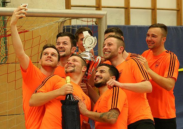 Für die Freunde: Kirchdorfs Team schoss nach dem Turniersieg beim Nachbarn sogleich ein Selfie.