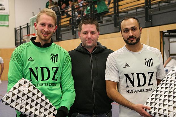 Ausgezeichnet: Dennis Völkers (Mitte), selbst schon Hallo-Cup-Torschützenkönig und heute Stellvertretender Abteilungsleiter, überreichte die Preise an Lennart Janzen (bester Torwart) und Ferhat Arslan (bester Torschütze).