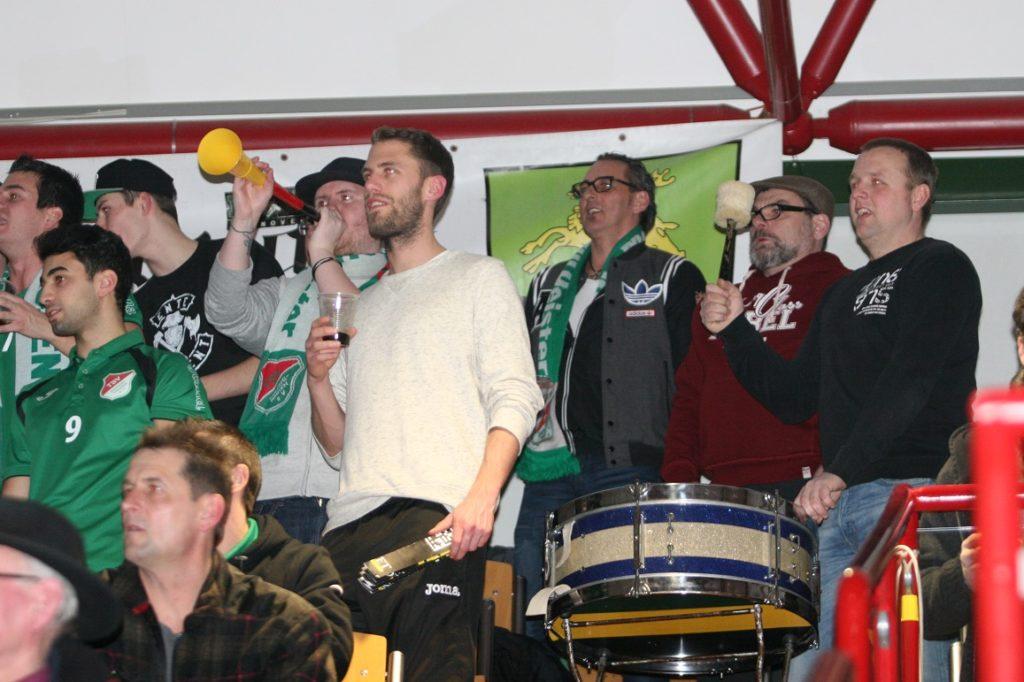 Lautstark: Zweifellos würde sich der Barsinghäuser Anhang über die erneuten Finalteilnahmen ihres Teams – wie hier in Hamelns Rattenfängerhalle – freuen. Fotos : Bratke