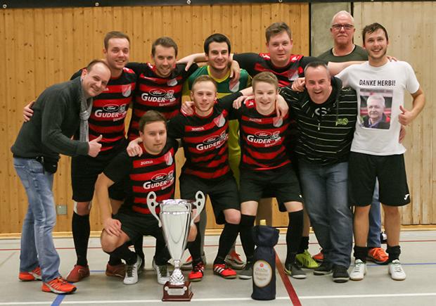 Turniersieger: Der TSV Barsinghausen mit den Sponsoren Thomas Glapa (links) und Timo Haase (Dritter von rechts).