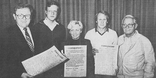 Oktober 1984: Jürgen Schäfer, Wolfgang Knappe, Rosemarie Struß, Henning Theilmann und Altstadtdirektor Fritz Hamann (von links) wurden seinerzeit mit der Vorbereitung der konstituierenden Sitzung des neu gegründeten Städtepartnerschaftsvereins Barsinghausen beauftragt. foto:kasse
