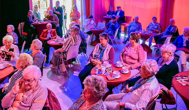War begeistert: ASB-Geschäftsführer Jens Meier hat das Duo Männerherzen auch für die nächste ASB-Seniorenweihnachtsfeier engagiert. Fotos: Frank Krüger