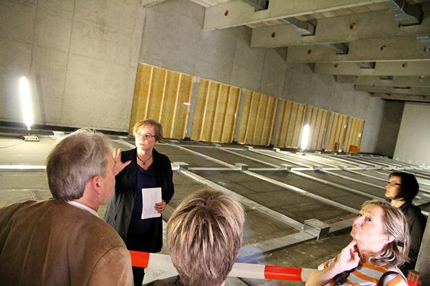 Einblick: Architektin Maria Pfitzner zeigt den interessierten Gästen den Innenraum des bisherigen Rohbaus der neuen Mehrzweckhalle der BBS Neustadt a. Rbge. Ende des Jahres soll die Halle fertiggestellt sein.