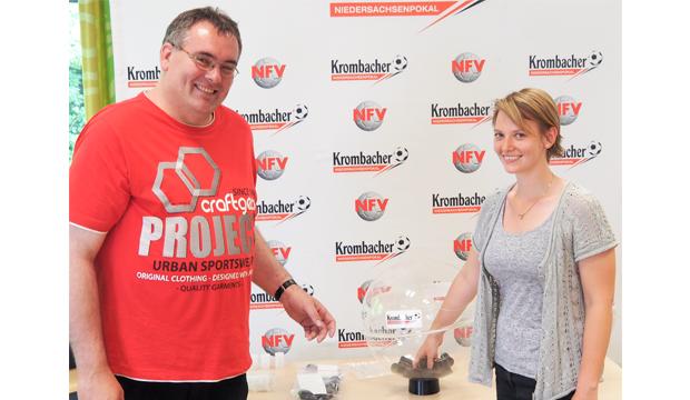 BWL-Studentin Nadine Schuschel zog unter der Regie von NFV-Pokalspielleiter Jörg Zellmer die Paarungen der 1. Runde und des Achtelfinales. Foto: NFV