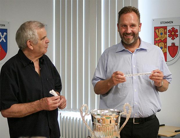 Aus dem Topf: Arbeitskreismitglied Fritz Hoppe (links) ließ Bürgermeister Marc Lahmann die Lose ziehen.