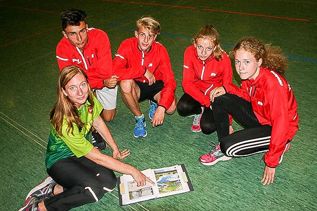 Da geht's hin: Betreurin Simone Boog zeigt den TSV-Athleten Aufnahmen von den Wettkmapfstätten in Kaunas/Litauen.