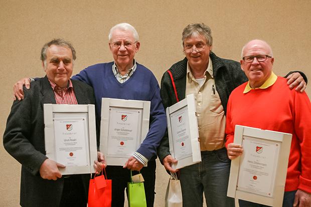 Vereinstreue: Der TSV Barsinghausen zeichnete Ulrich Rosahl, Jürgen Schüddekopf, Günter Urbahnke und Heinz Zimmermann (von links) für 60-jährige Mitgliedschaft aus.