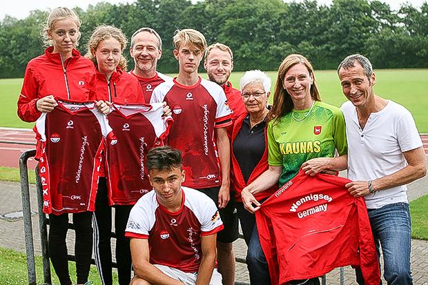 Teamspirit: Henrik Heüveldop (rechts) sorgte einmal mehr für das passende Team-Shirt.