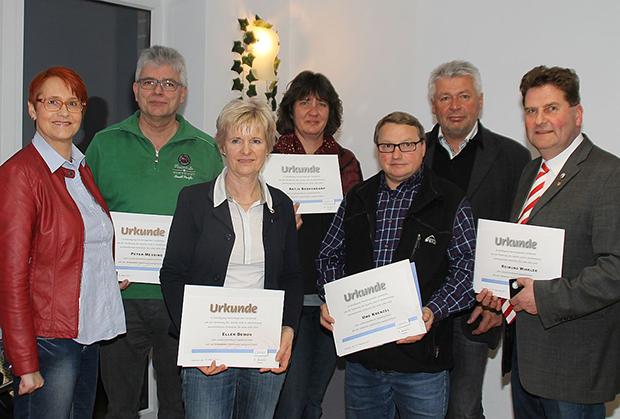 Hohe Auszeichnungen: Dagmar Ernst vom RSB zeichnete etliche Mitglieder des TSV Bantorf mit LSB-Verdienstmnadeln aus – von links: Ernst, Peter Messing, Ellen Demos, Antje Berkenkamp, Uwe Krenzel, Rainer Andrich und Raimund Winkler.