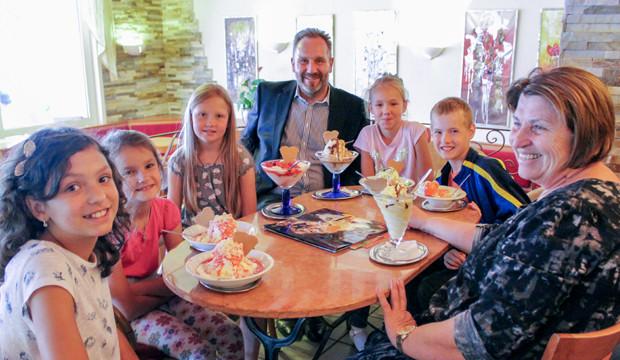 Bürgermeister spendiert Eis für junge Besucher aus Kovel