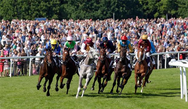 Rennszene aus dem Derby-Trial: Der spätere Sieger Parviz (zweites Pferd von links) kämpfte die Konkurrenz in der Spitzengruppe nieder. Foto: Frank Sorge