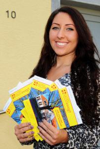 ASB-Quartiersmanagerin Ria Rivora freut sich über die neueste Ausgabe das ASBewegt-Magazins.