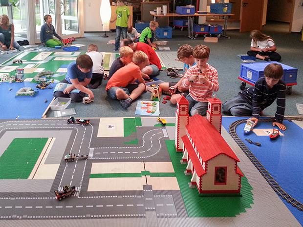 Fleißige Handwerker: Die Lego-City in der Hoffnungsgemeinde - ein Angebot aus dem Ferienpass der Stadt Barsinghausen.