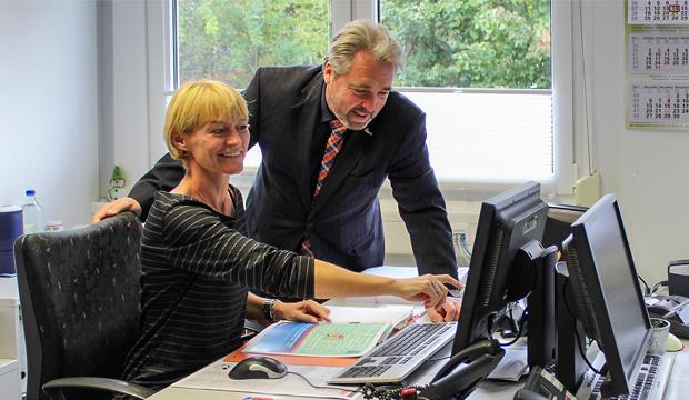 """Homepage überarbeitet: Bianca Kramer vom Fachdienst Soziales erklärt Stadtrat Dr. Thomas Wolf die Internetpräsenz zum """"Bildungs- und Teilhabeprogramm""""."""