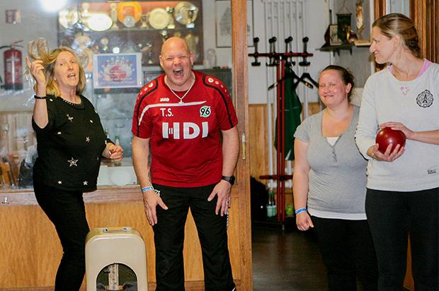 Hat Spaß gemacht: 96-Top-Kegler Thorsten Scheidler aus Barsinghausen brachte den Teilnehmerinnen das professionelle Sportkegeln näher.