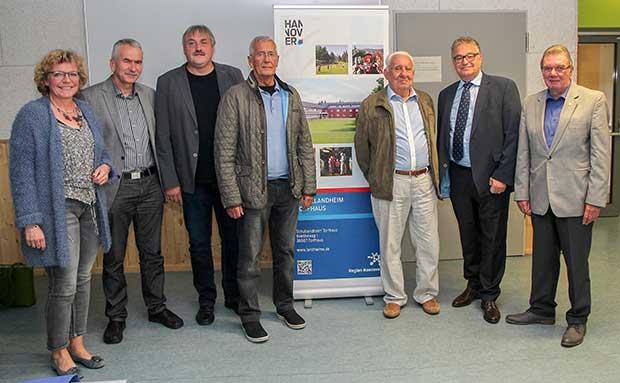 Geburtstagsgäste: Das 50-jährige Jubiläum des Schullandheims Torfhaus feierten Regionspräsident Hauke Jagau (2. von rechts) und Leiter Heinz Joachim Jesse (3. von links) mit Freunden und Förderern.
