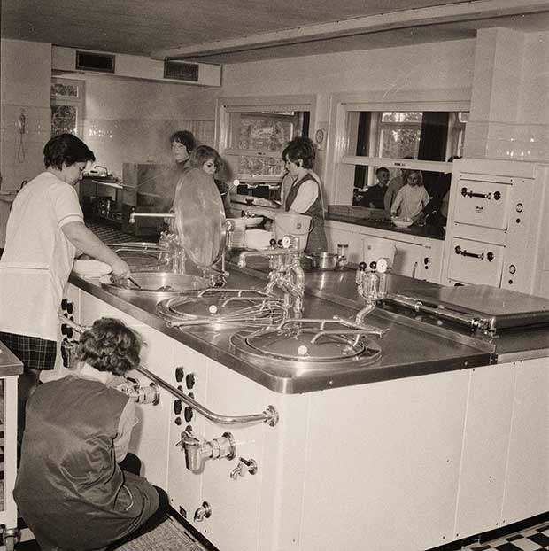 Einblick in die Großküche von damals: Im Hintergrund stehen die Schülerinnen und Schüler vor der Essensausgabe an.