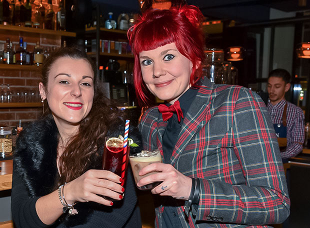 Beim Barkeeper-Treffen in Hannover: Marina Forciniti (Bristol Bar, Frankfurt, links) und Jenny Franke (Chug Club, Hamburg). Fotos: Feege