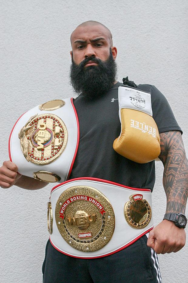 Titel-Trophäen: Güney Artak alias Zaza präsentiert seine WBU-Gürtel (Deutscher Meister und Europameister).