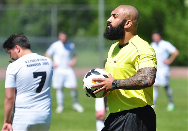 Spielleiter: Güney Artak pfeift als Fußballschiedsrichter für den SC Elite Partien bis zur 1. Kreisklasse.