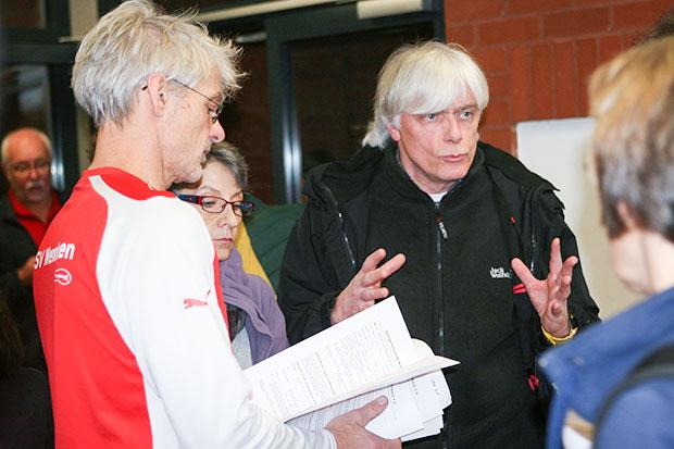 Neuanfang: Reinhard Wiens (rechts), Vereinschef der SG Bredenbeck, im Gespräch mit Trainer Gert Deppe, den es als Übungsleiter ebenfalls zur SGB zieht.