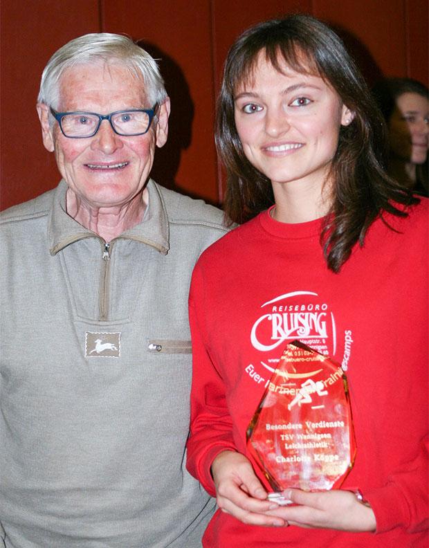 Premiere: Eckhard Marten überreichte den erstmals vergebenen Ehrenpreis an Charlotte Köppe.