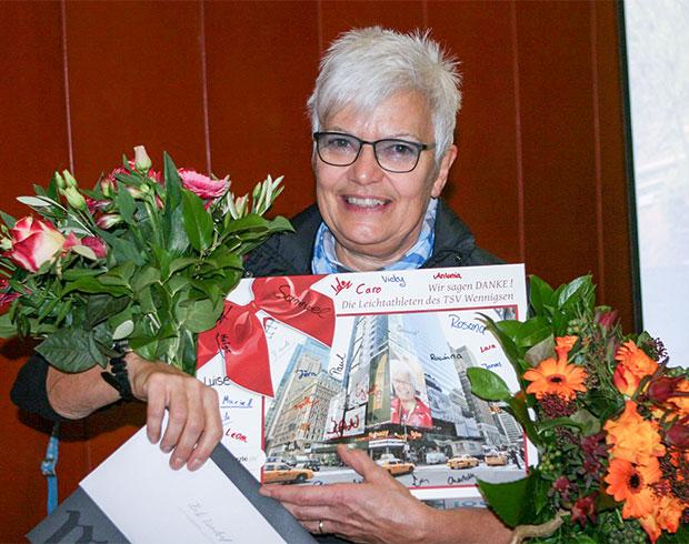 Dank und Anerkennung: Abteilungsleiterin Heike Zündürf mit einem Arm voller Abschiedsgeschenke. Foto: Bratke