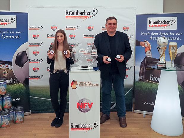 """Vollzogen: """"Losfee"""" Jana Golombek (links) und NFV-Pokalspielleiter Jörg Zellmer ermittelten die Halbfinal-Paarungen. Foto: NFV"""